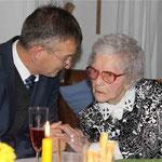 Die Jubilarin mit Bürgermeister Markus Ackermann, der ein Glückwunschschreiben von Ministerpräsident Horst Seehofer dabei hatte.