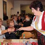 Gertraud I., Weinkönigin 2014/15, stieß mit Gästen des Weinfests an.