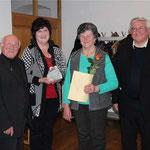 Eine besondere Ehrung erhielt Anna Fischer (mit Urkunde): Sie arbeitet seit 40 Jahren im Caritas-Team mit.