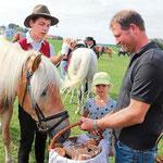 Die gesegneten Brote wurden an die Pferde verteilt.