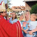 Beim Einzug in die Kirche segnete der Bischof die Kinder.