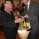 Bürgermeister Markus Ackermann hatte als Geschenk einen Präsentkorb mitgebracht.