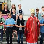 Die 20 gefirmten Mädchen und Buben der Pfarrei Geigant mit Pater Johnson.