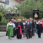 Nach der Messe zogen die Gläubigen mit dem Bischof durch den Ort.