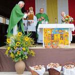Stadtpfarrer Wolfgang Häupl segnete die Brote, die anschließend an die Pferde verteilt wurden.