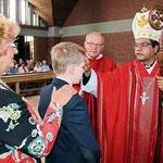 Bischof Dr. Prince Panengadan spendete jedem Firmling das Sakrament.