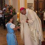 Zur Gabenbereitung übergab die junge Dame dem Bischof eine Rose.