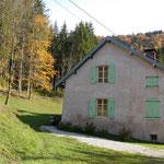 Exterieur du gite de Tres Bayard en automne  location de vacances et week end - Saint Claude - Jura