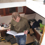 Peter studiert die Betriebsanleitung des Radars