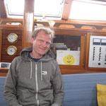 Peter posiert vor der Sonnenzeichnung von Lynn an Bord