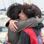 Alle umarmen sich