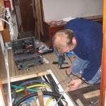 Pesche lötet die Stromversorgung und die Steuerung der Heizung und macht Verbindung zum Tableau
