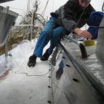 Chrigu arbeitet im Regen an den Schablonen für den Deckbelag