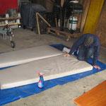 Neo putzt die Matrazen der Mittelkabine