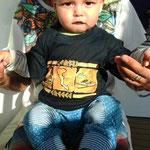 Nahuel mit seinem neuen Korfu-T-Shirt
