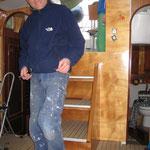 Peter früft die neue Treppe