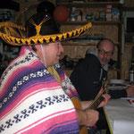 Heinz im Hintergrund mit qualitativer Gesangsunterstützung