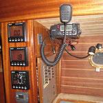 Navitisch mit Navigation und Funkgerät