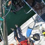 Mechankiker taucht im Hafenbecken und löst die Mooringline vom Propeller