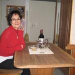Lupita freut sich, der Bordtisch ist angekommen! Der Welcome-Ankertrunk ist von Harry und Manuela, merci!
