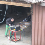 Typisches Geräusch und Bild am Samstag an der Holzgasse, Heinz sägt Teile für die Futuro Dos
