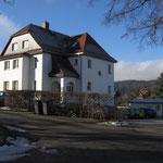 Ärztehaus Jonsdorf - die Nonnenfelsen im rechten Hintergrund zu sehen