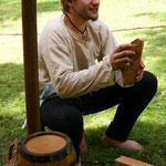 Martin beim schnitzen mittelalterlicher Holzflipflops ;)