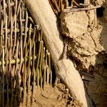 Verputzen einer Wand aus Weidengeflecht