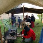 Martin facht das Feuer für einen leckeren Braten an.