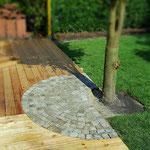 Holzterrasse mit Kopfsteinpflaster kombiniert