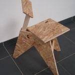 3-poot stoel gemaakt van 18mm OSB-plaat, vuren koppelbalkje is tevens steun voor rugleuning