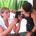 Vorzeigen des Augen-Make ups