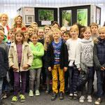 Stolz präsentieren die Klasse 4b gemeinsam mt der Leiterin der Sparkssse Röttgen, Frau Arentz (oben li.) und Lehrerin Frau Oswald ihre Bildergalerie