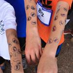 Bis zum Oberarm tätowiert - stolz zeigen die Läufer ihre Stempel