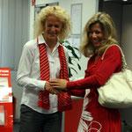 Die Leiterin der Sparkasse Röttgen, Jutta Arentz (li) und Klassenlehrerin Frau Oswald freuen sich über das geglückte Projekt