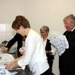 Vom Tellerwäscher zum Pastor: schnell trocknet Pfarrer Alfons Adelkamp noch ein paar Teller ab, bevor die nächste Messe gelesen werden muss
