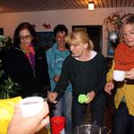Weckmänner, Glühwein und alkoholfreien Punsch gab´s im evangelischen Kindergarten als Wegzehrung