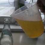 Zum Schluss in saubere Flaschen füllen und mit Wasser (oder Sekt) verdünnt genießen!