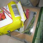 Am nächsten Tag 2 kg Zucker (ich nehme braunen, unraffinierten) mit 7 g Zitronensäure vermischen