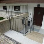 Geländer geschmiedet, genietet mit integrierter Türe