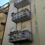 Vorgehängte mehrstöckige Balkonkonstruktion