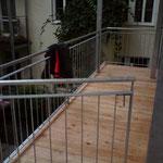 Balkon aus Stahlkonstruktion und Holzbelag