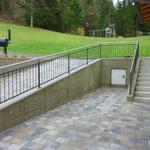Treppen- bzw. Rampengeländer mit Edelstahlhandlauf u. Edelstahl Zierkugeln