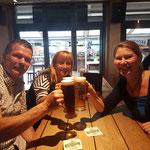 Prost auf den Erfolg - Andre, Suzana und Birgit