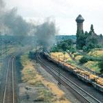 Güterzug mit Stahlerzeugnissen fährt durch den Rbf Duisburg Wedau.