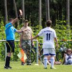 Zu harte Entscheidung: Michi Siegle bekommt nach einem taktischen Foul die rote Karte von Schiri Oelmayer