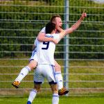 Nikolas Strauß freut sich mit Dominik Glaser über das 2:0