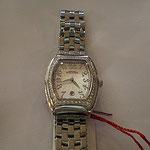 上品さある形とスワロフスキーの可愛らしさが合わさる カレンダー機能も便利な腕時計