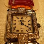 スワロフスキーいっぱい 輝きが特徴的なレディース向け腕時計