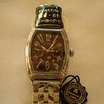 曜日表示の他、月の満ち欠けを示す「ムーンフェイズ」まで付いた機能性ある腕時計